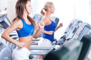 кардио тренировка в тренажерном зале для девушек