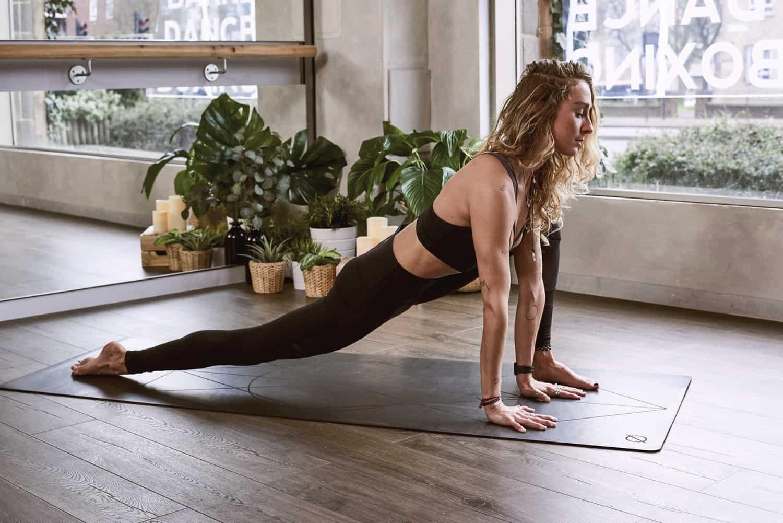 12 упражнений йоги для начинающих, которые можно попробовать дома